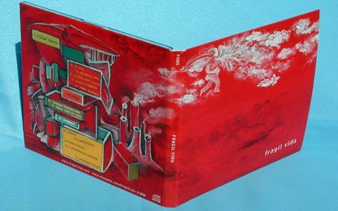 Digipack a 4 pagine (2 ante) con laccatura opaca e libretto inserito in una tasca laterale.