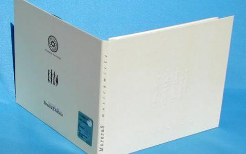 Digifile a 4 pagine (2 ante) con stampa a rilievo e libretto inserito in un taglio.
